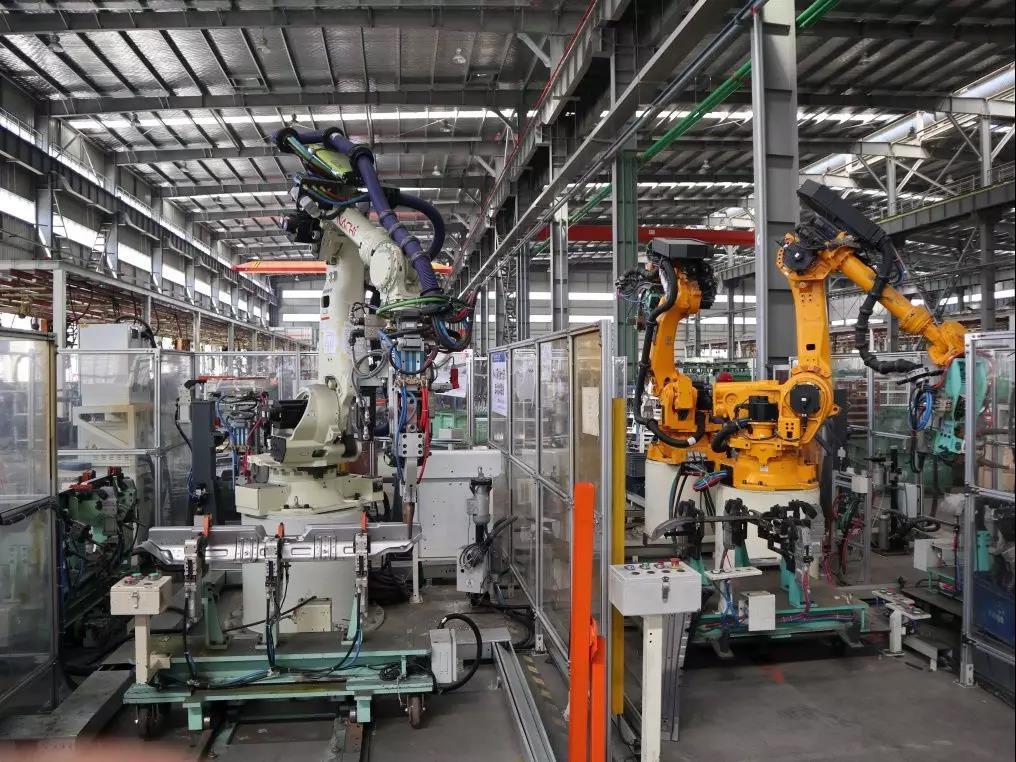 近年来,随着劳动力成本的不断提高,越来越多的企业开始关注工业自动化设备这一领域,特别是非标自动化设备,它不像传统普标设备那样制作简单,而是以灵活的量身定制、操作方便及功能多样给工业制造行业带来了新的发展商机。 安徽双骏智能科技有限公司创立于2017年9月,公司将不懈努力,坚持聚焦客户诉求,提供有竞争力的技术方案和服务,持续为客户创造最大价值的核心价值观,坚持专业、高效、创新的服务宗旨,以实现打造国内一流智能制造企业的目标。  双骏智能装备事业部致力于为工业企业提供先进的智能制造装备与系统集成解决